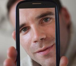 Gwennole-Oréal-seflie-smartphone-cv-billet-spectacle