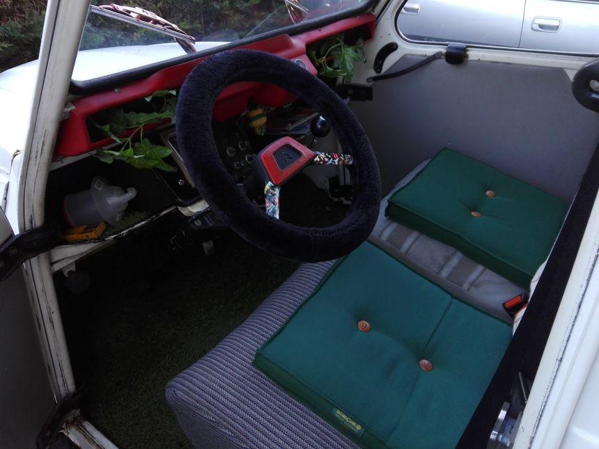 CV sur une 2CV voiture original insolite